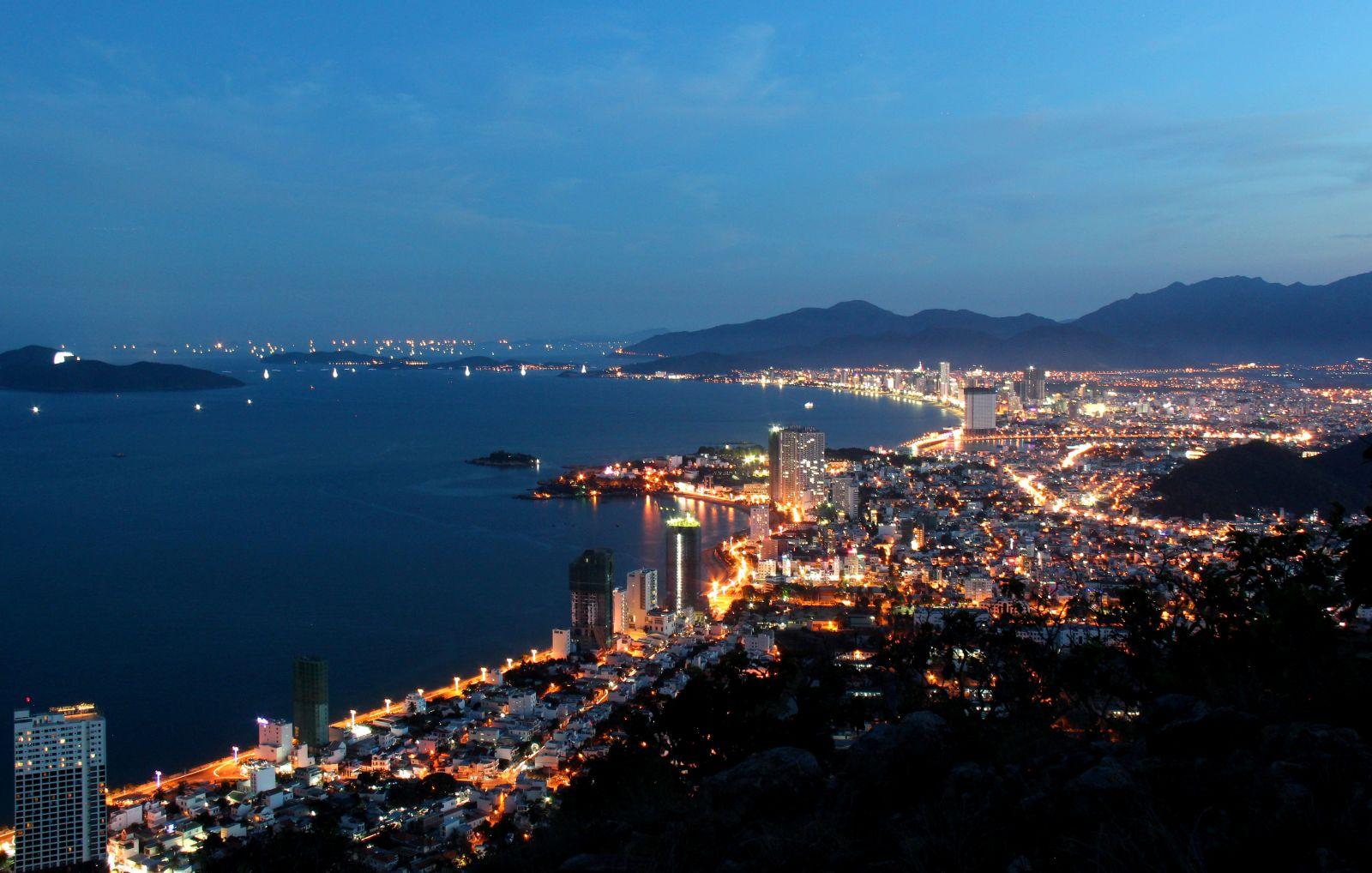 View đẹp từ trên đỉnh núi Cô Tiên
