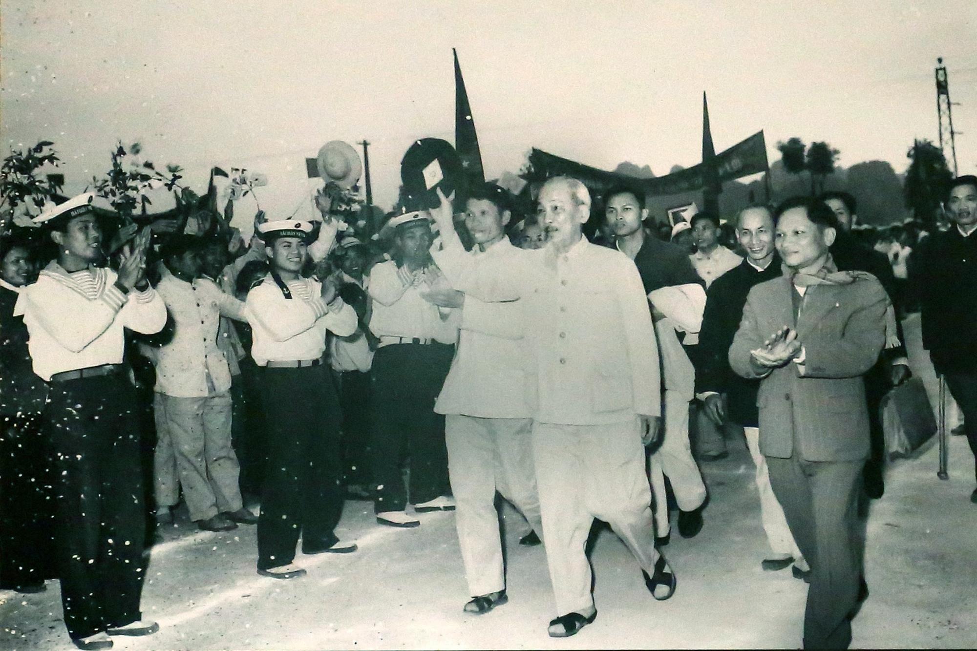 Bác Hồ chào nhân dân