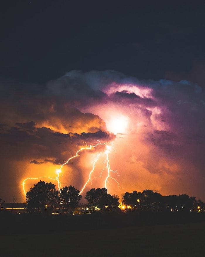 Hình ảnh sét đánh trên bầu trời đêm