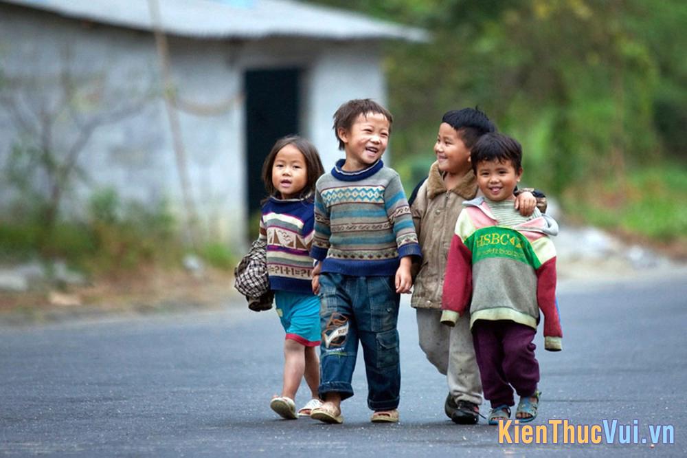 Trẻ em vùng cao lớn lên trong cuộc sống khốn khó