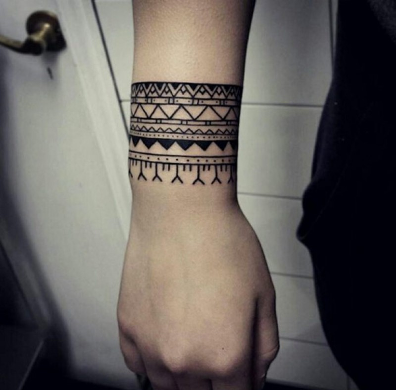 Mẫu hình xăm hoa văn ở cổ tay