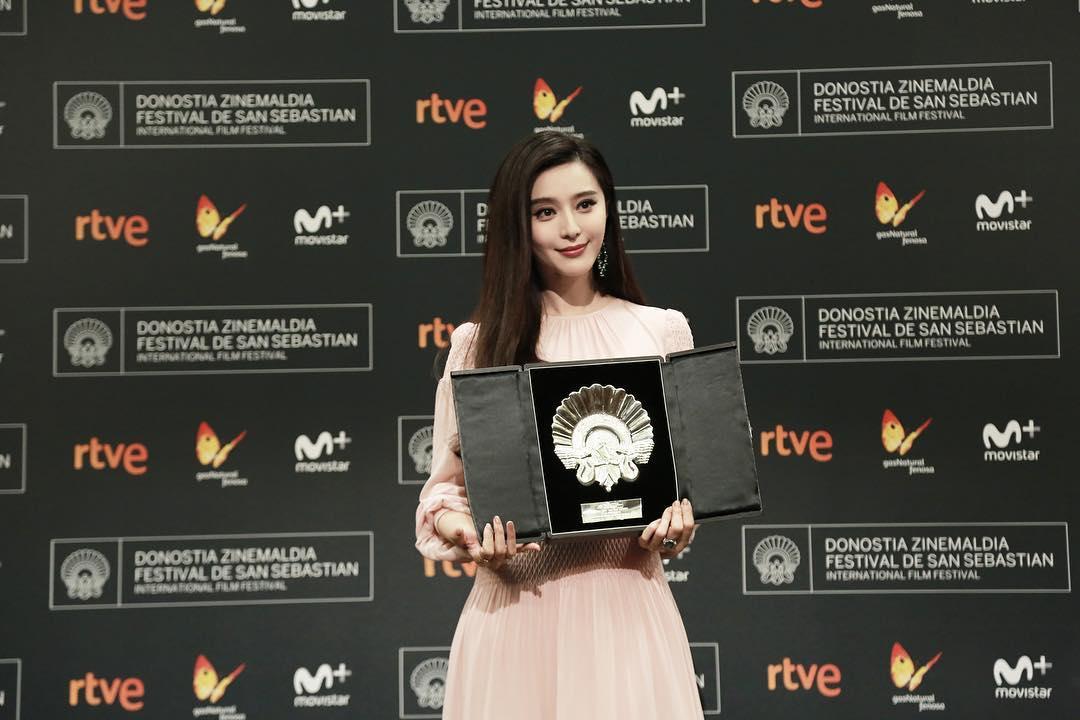 Hình ảnh Phạm Băng Băng nhận giải thưởng