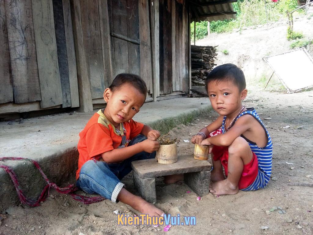 Hai đứa trẻ vùng cao hồn nhiên chơi với nhau