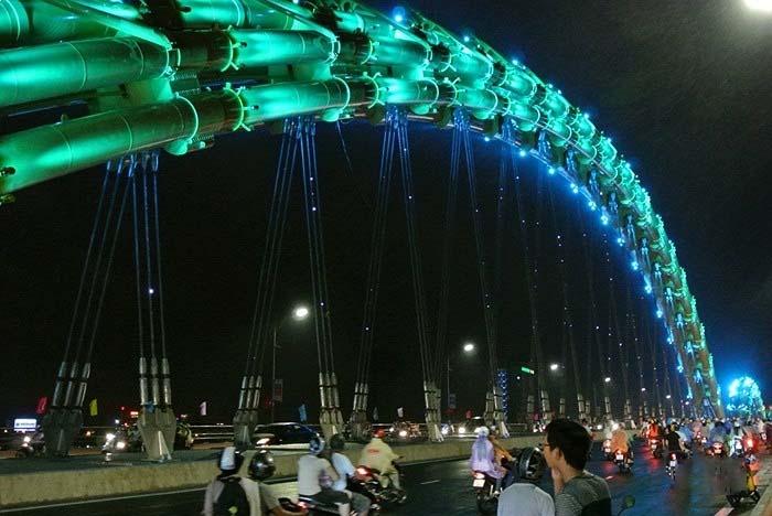 hình ảnh trên cây cầu Rồng