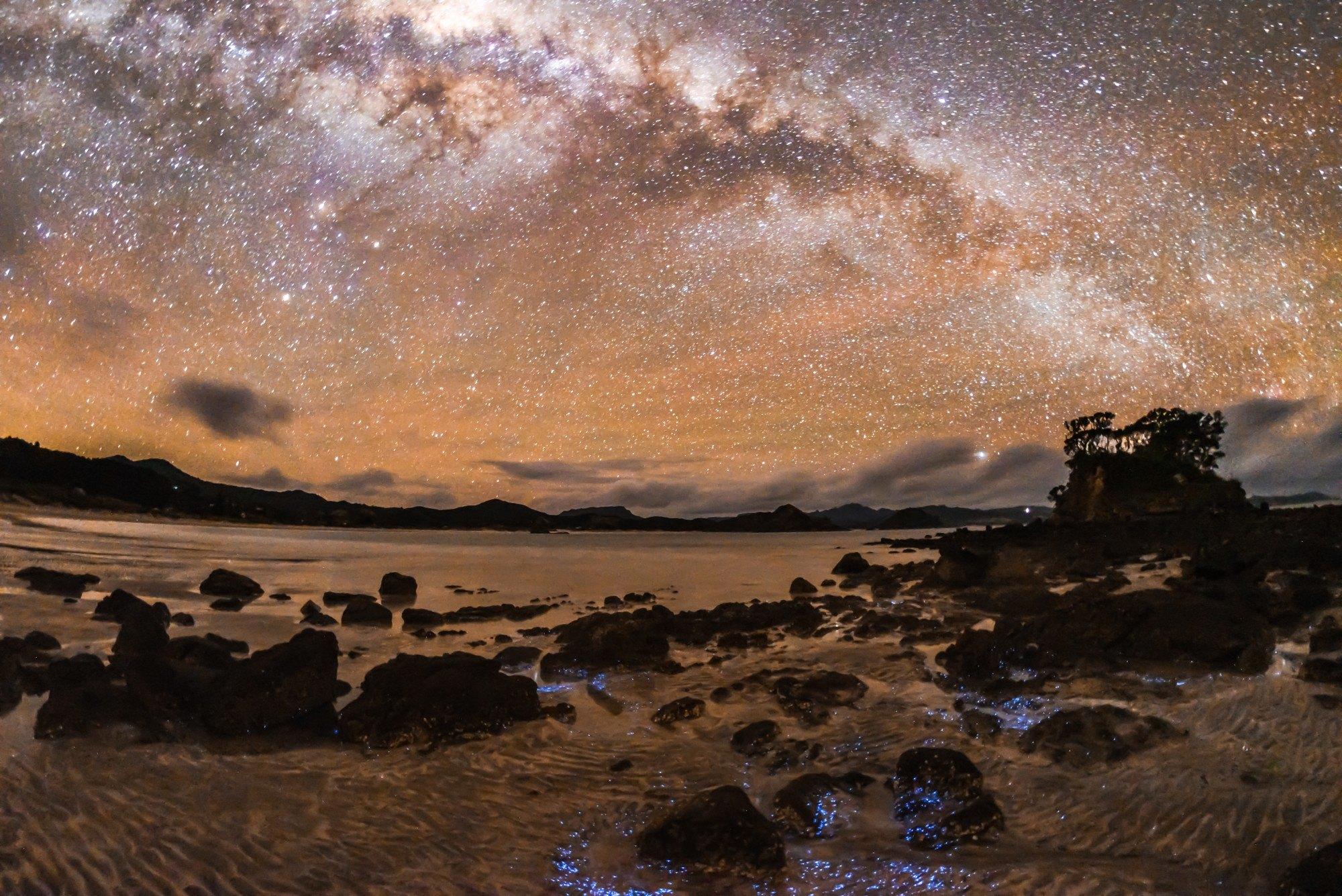 Ảnh bầu trời đẹp trên bãi đá cạnh bờ biển