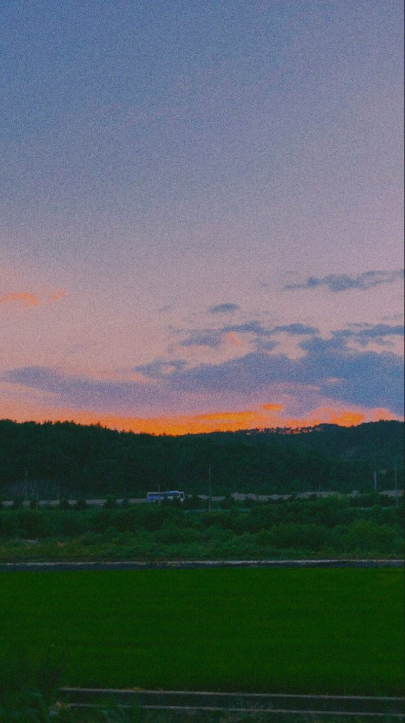Ảnh bầu trời khi mặt trời xuống núi trên cánh đồng