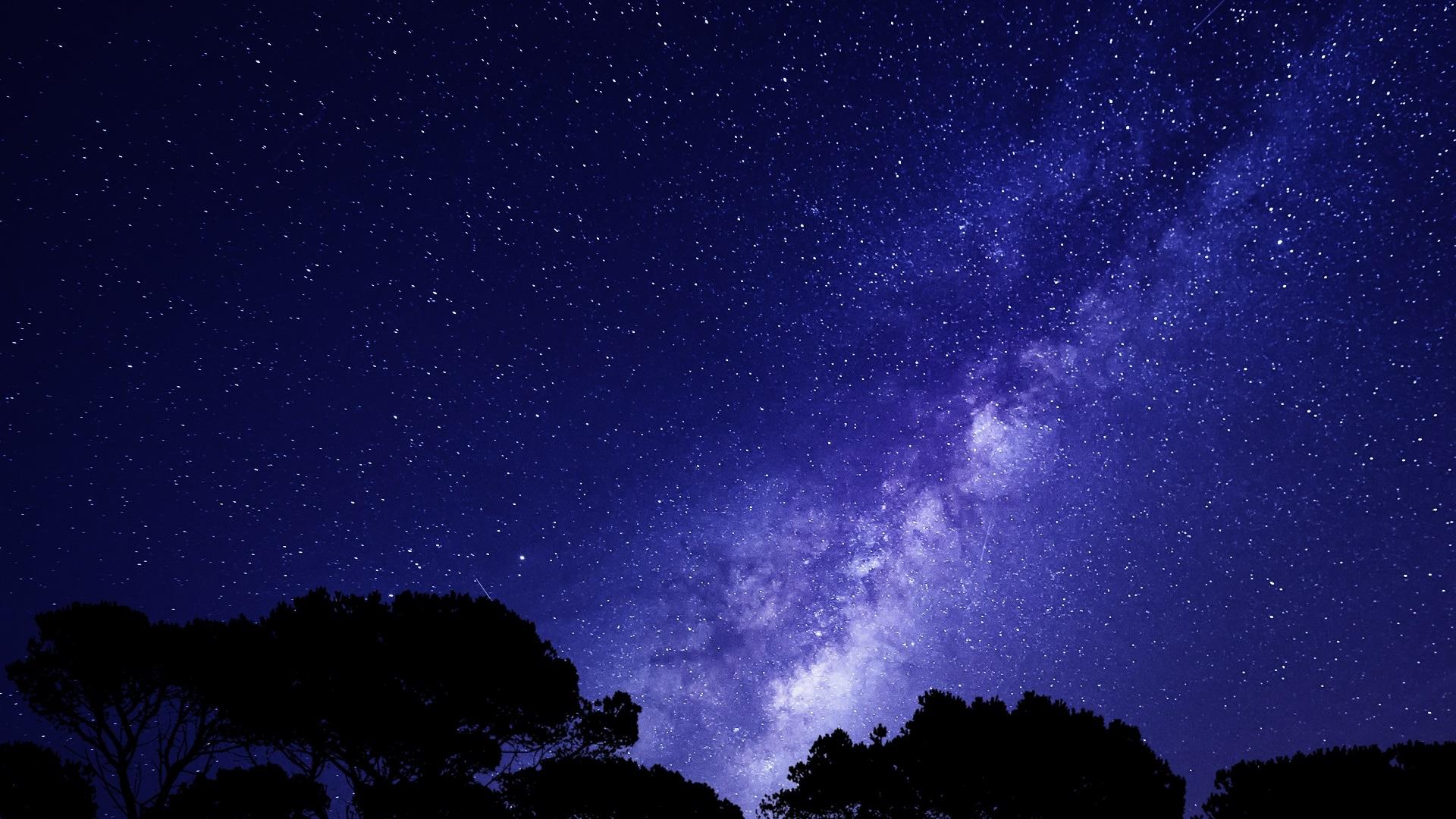Bầu trời đêm đầy sao cùng ánh tím