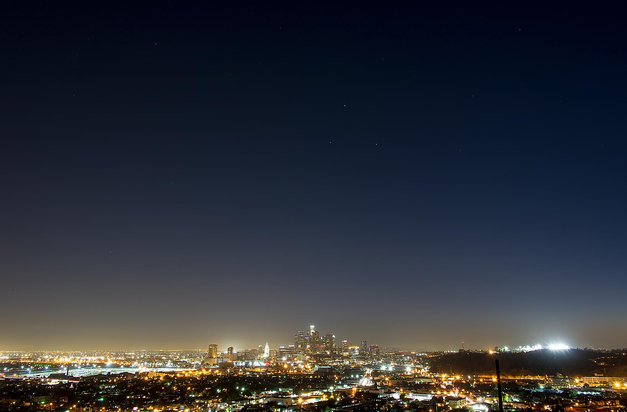 Bầu trời đêm khi thành phố lên đèn
