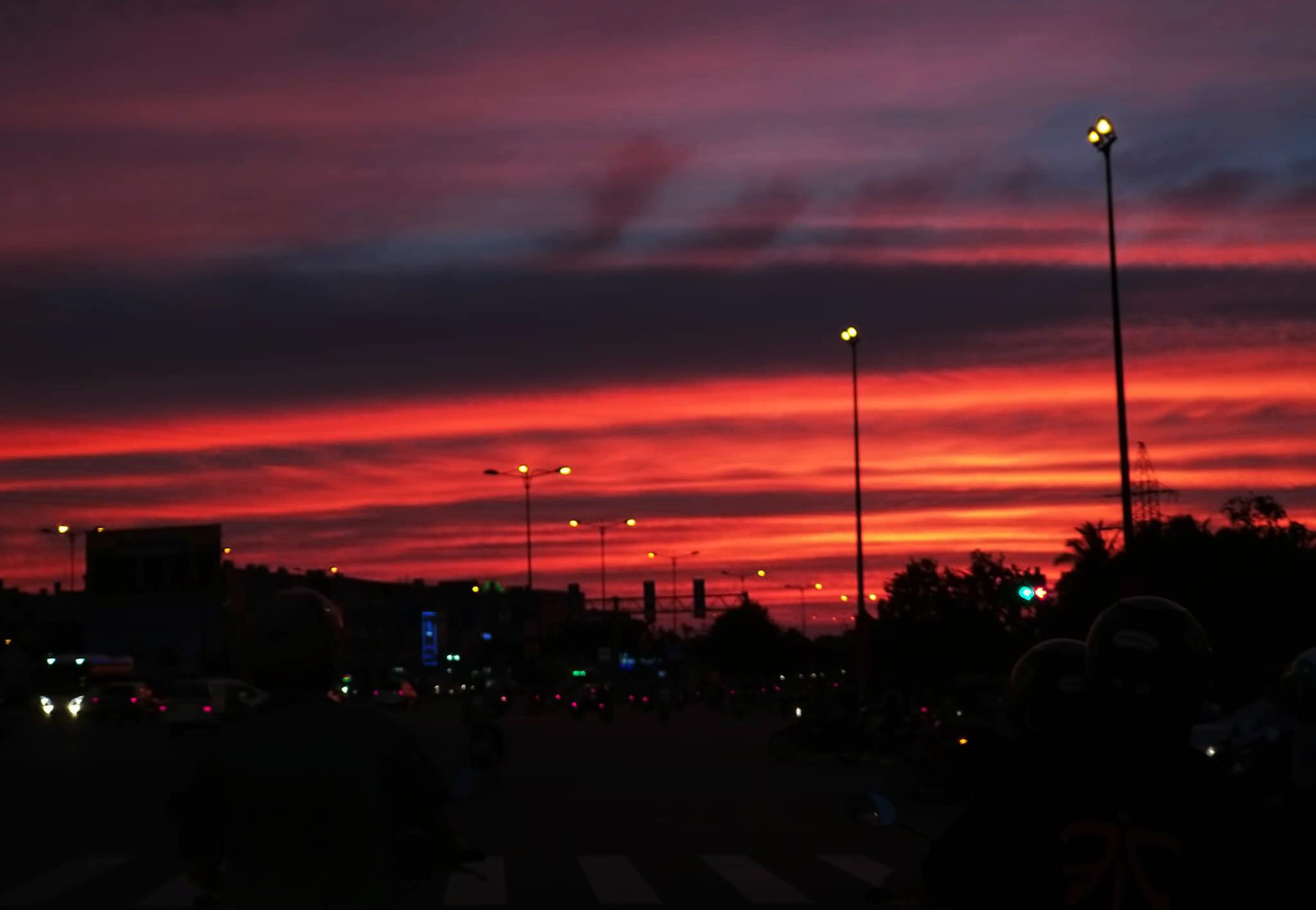 Bầu trời Sài Gòn đỏ tươi đẹp hút hồn