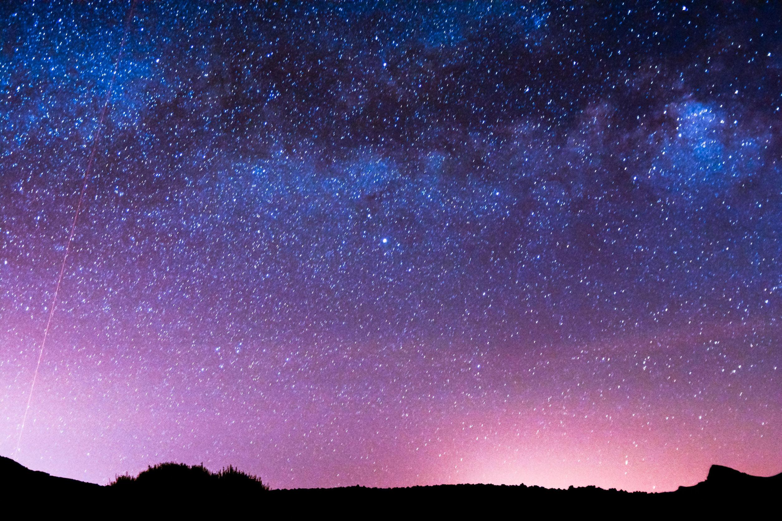 Bầu trời về đêm với màu hồng rất đẹp