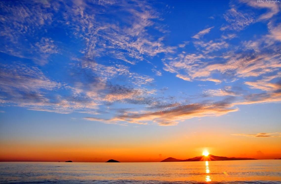 Cùng đón bình minh với bầu trời cực đẹp trên biển