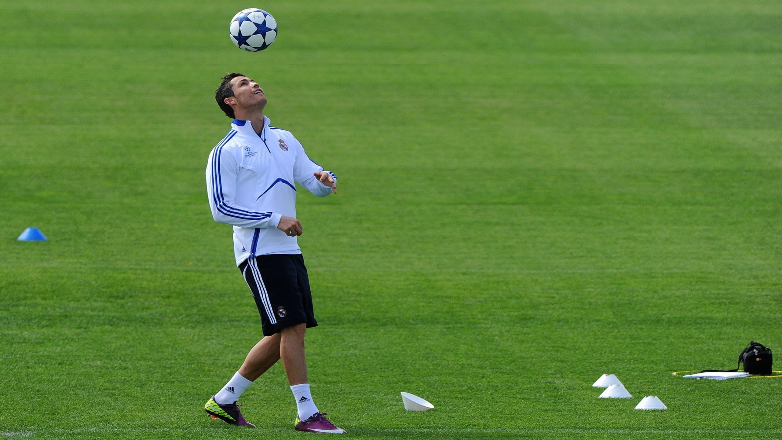 Hình nền cầu thủ cristiano ronaldo tập bóng