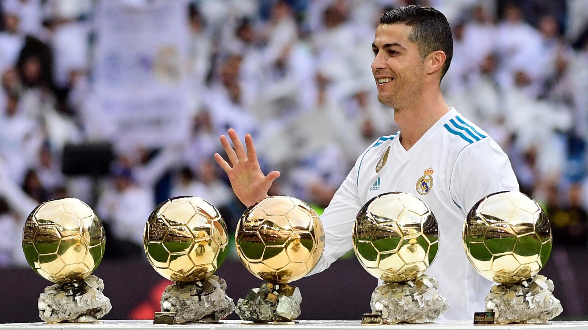 Hình nền cristiano ronaldo với quả bóng vàng
