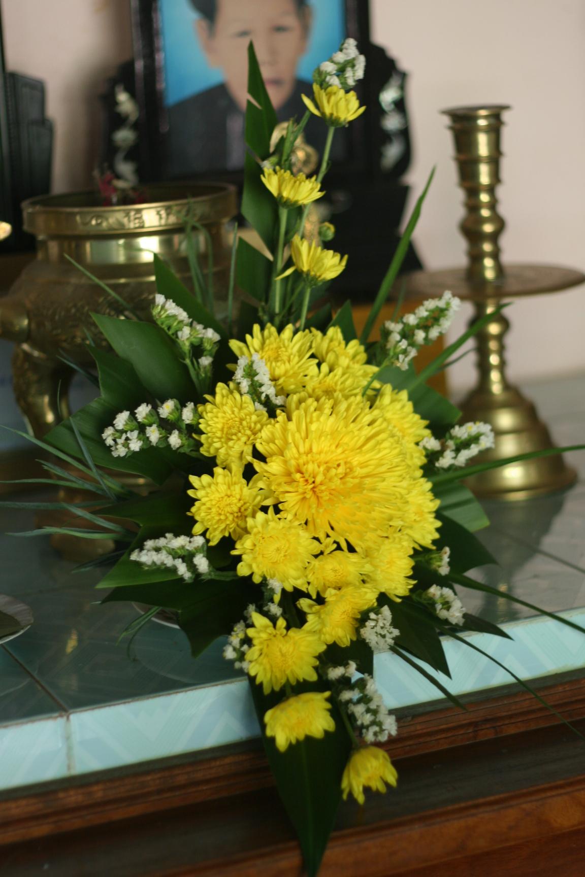 Ảnh cắm hoa bàn thờ bằng hoa cúc đẹp nhất