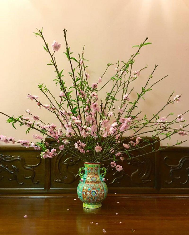 Ảnh cắm hoa bàn thờ đẹp bằng hoa đào