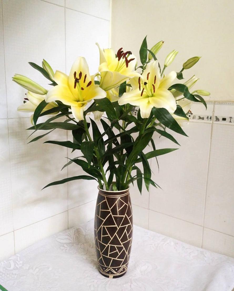 Hình ảnh cắm hoa bàn thờ đơn giản và hợp phong thủy