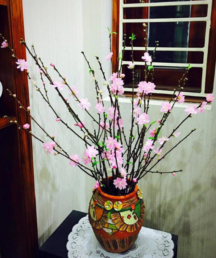 Hình ảnh cắm hoa bàn thờ ngày Tết bằng hoa đào đẹp