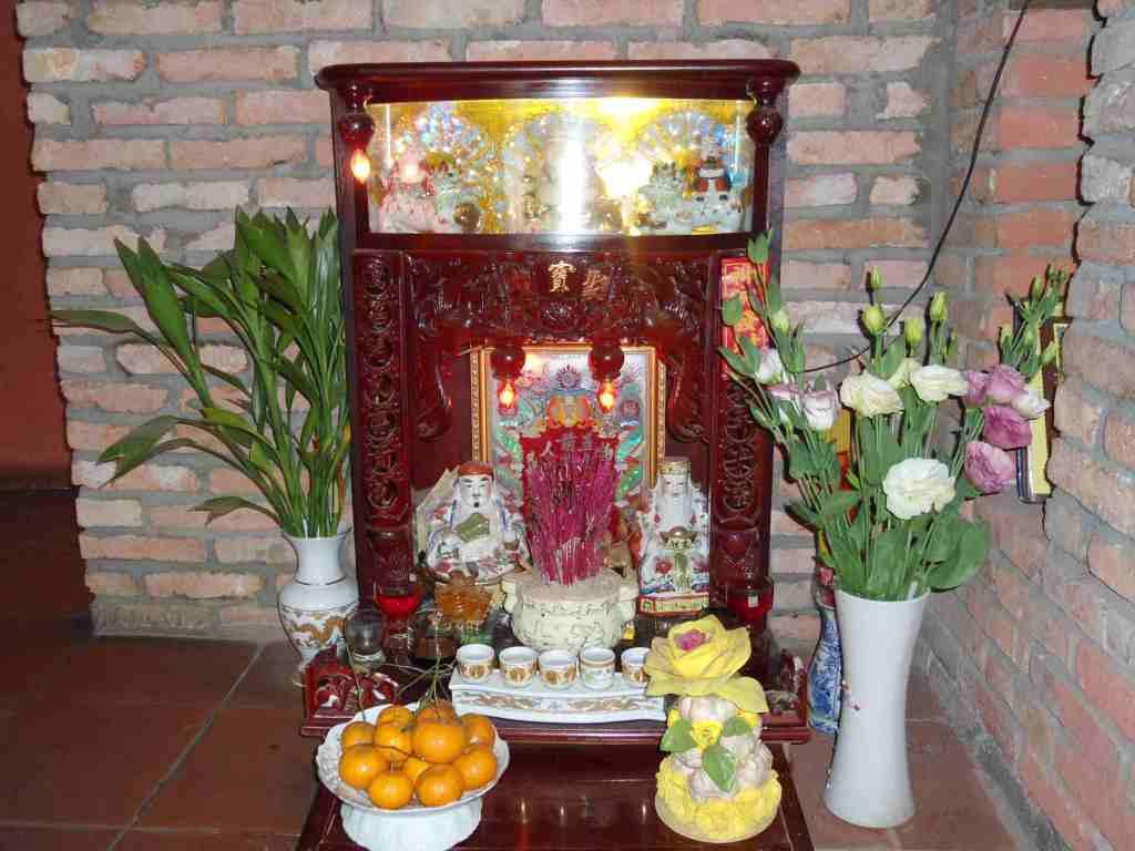 Hình ảnh cắm hoa bàn thờ thần tài đẹp