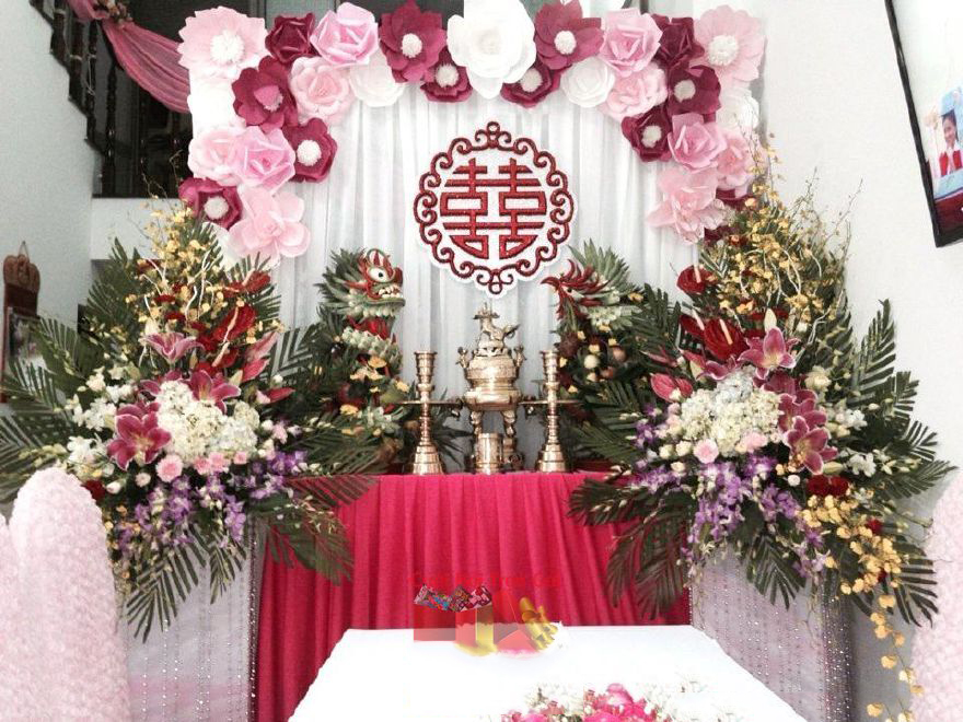 Hình ảnh cắm hoa bàn thờ tổ tiên với phông vải hồng sen, rồng phụng long đẹp nhất