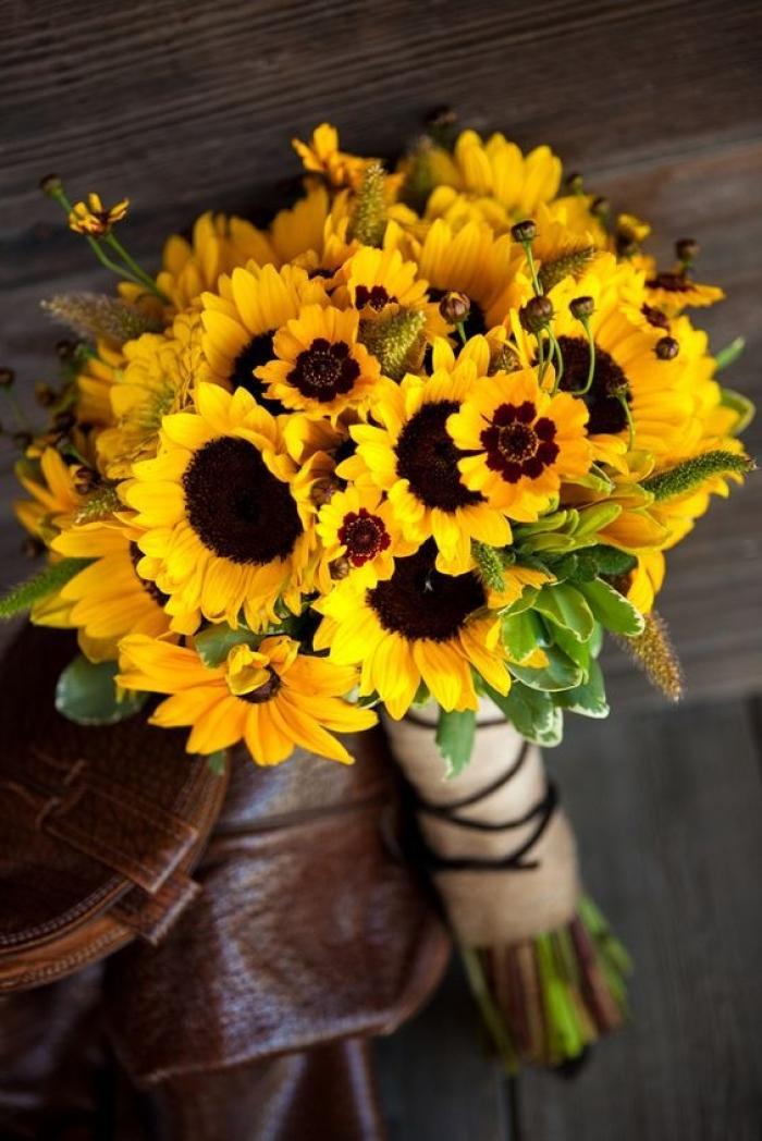 Mẫu cắm hoa hướng dương cầm tay cho cô dâu đẹp