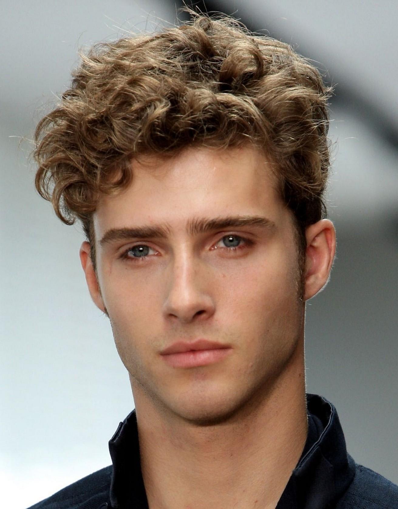 Tóc uốn xoăn lọn dành cho nam mặt dài