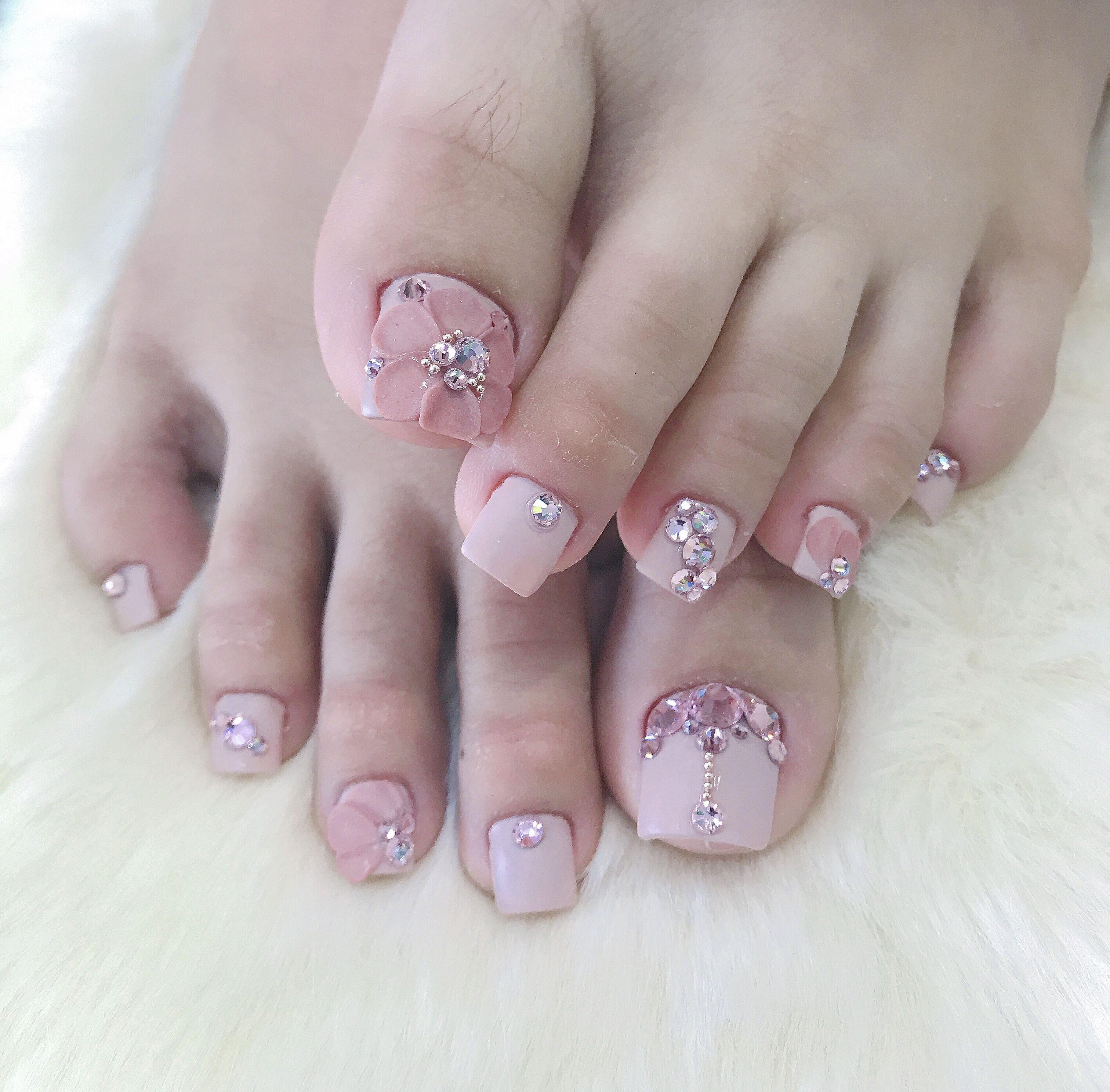 Mẫu móng chân đính đá nhẹ nhàng màu hồng đẹp