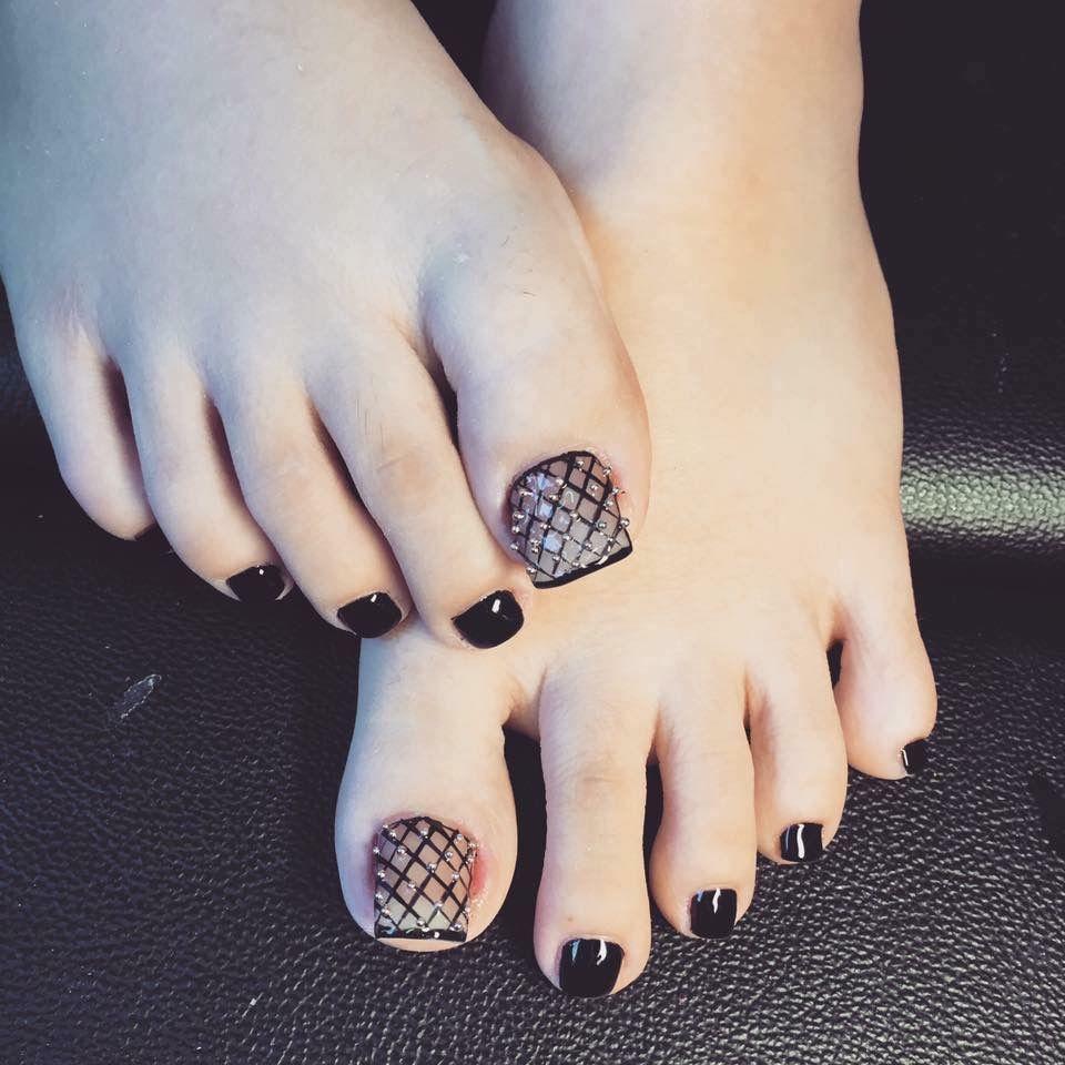 Mẫu móng chân màu đen đẹp nhất