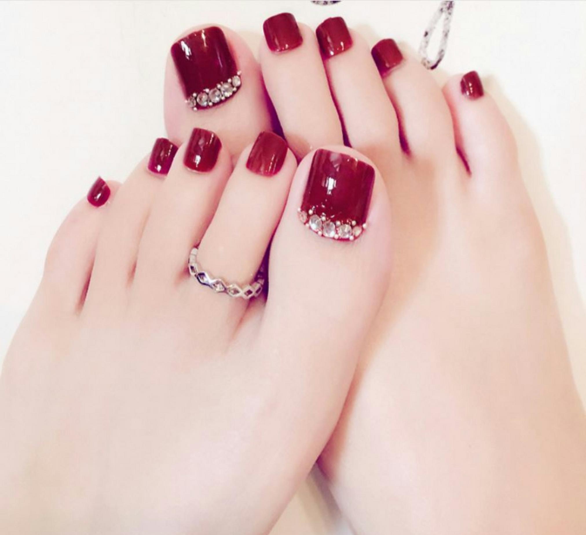 Mẫu móng chân màu đỏ gắn đá đẹp nhất