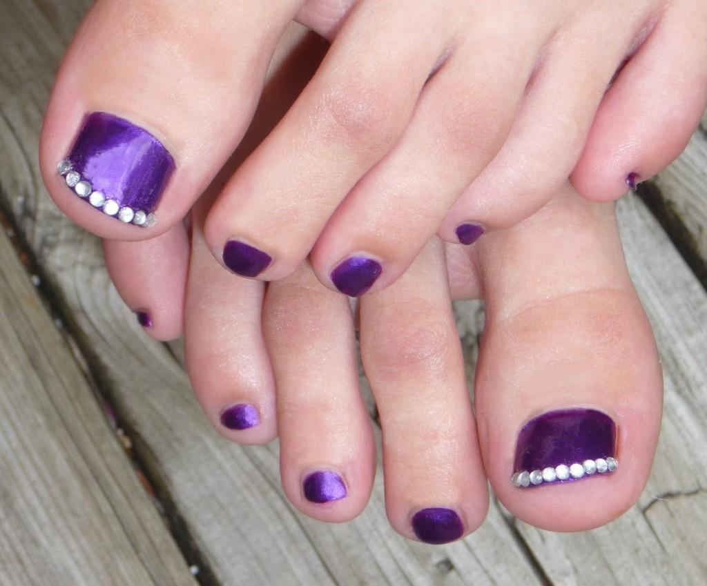 Mẫu móng chân màu tím gắn đá đơn giản đẹp nhất