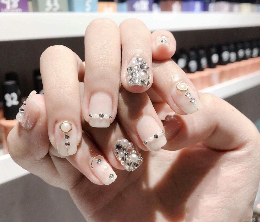 Mẫu nail đính đá đẹp dành cho cô dâu