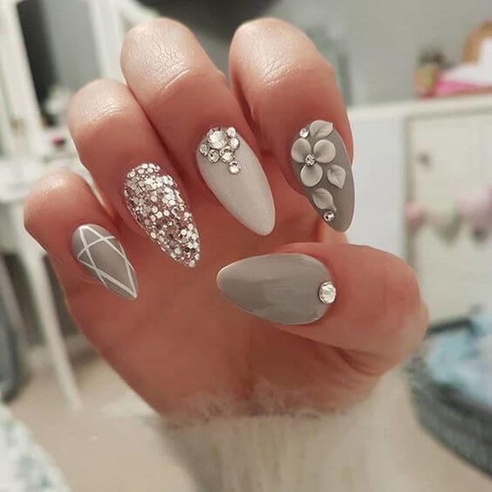 Mẫu nail đính đá màu xám tuyệt đẹp đi chơi Tết