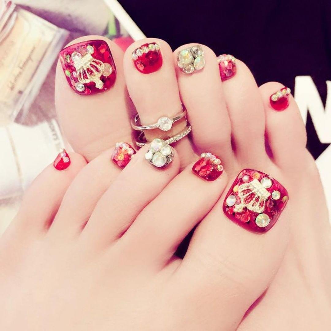 Mẫu nail móng chân đính đá màu đỏ sang trọng và đẹp