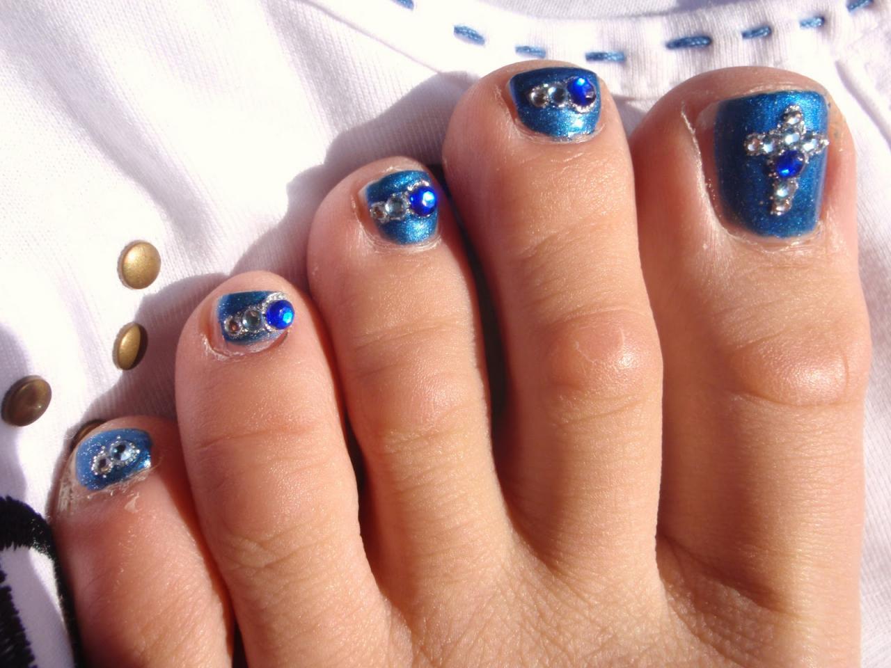 Mẫu vẽ móng chân màu xanh đính đá đẹp nhất
