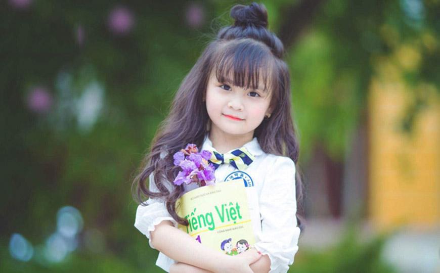 Kiểu tóc uốn nhẹ cho bé gái đáng yêu đẹp nhất