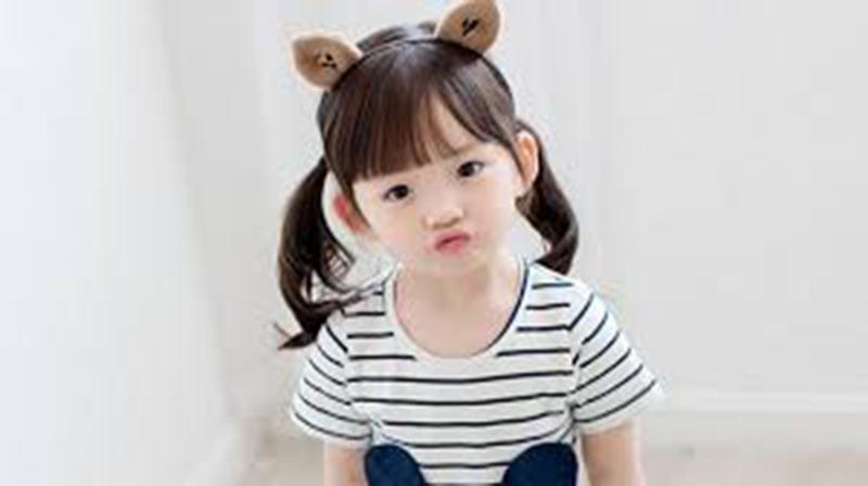 Kiểu tóc xoăn buộc dành cho bé gái
