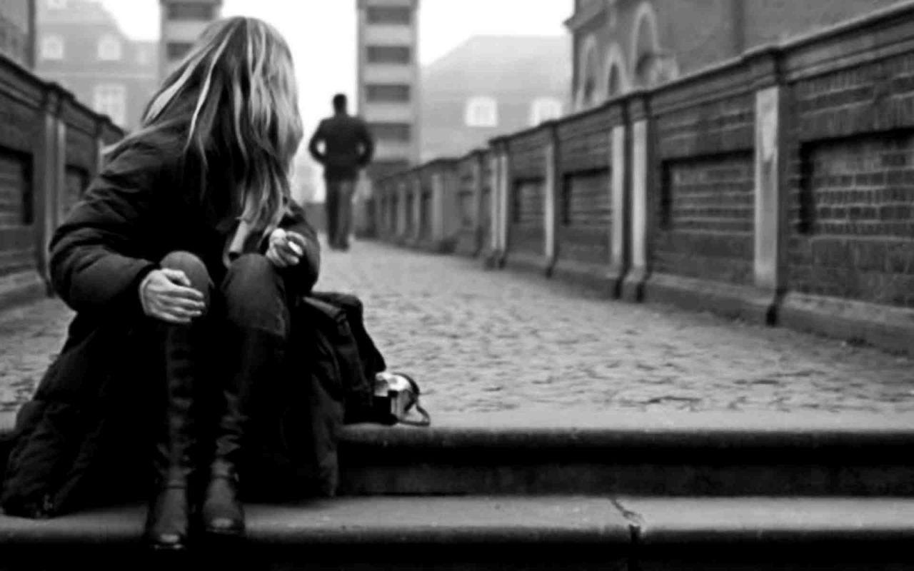 Ảnh cô gái đau khổ vì tình