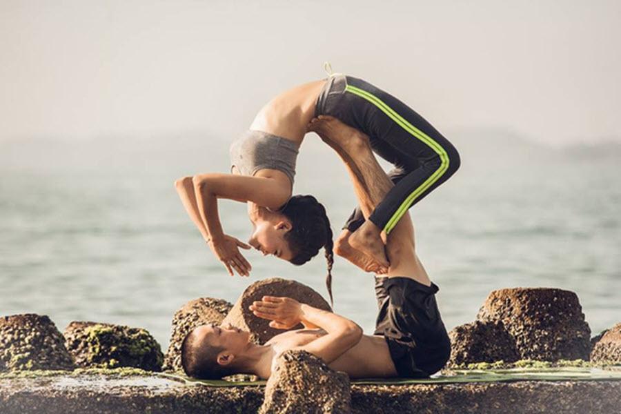 Động tác Yoga đôi nam nữ