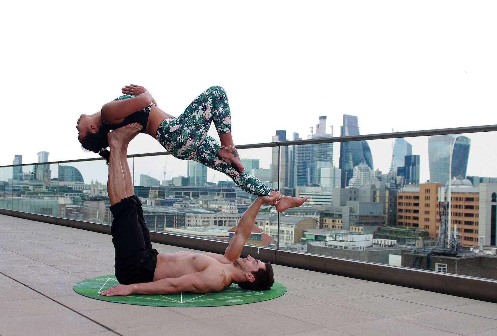 Động tác Yoga được thực hiện bởi các cặp đôi