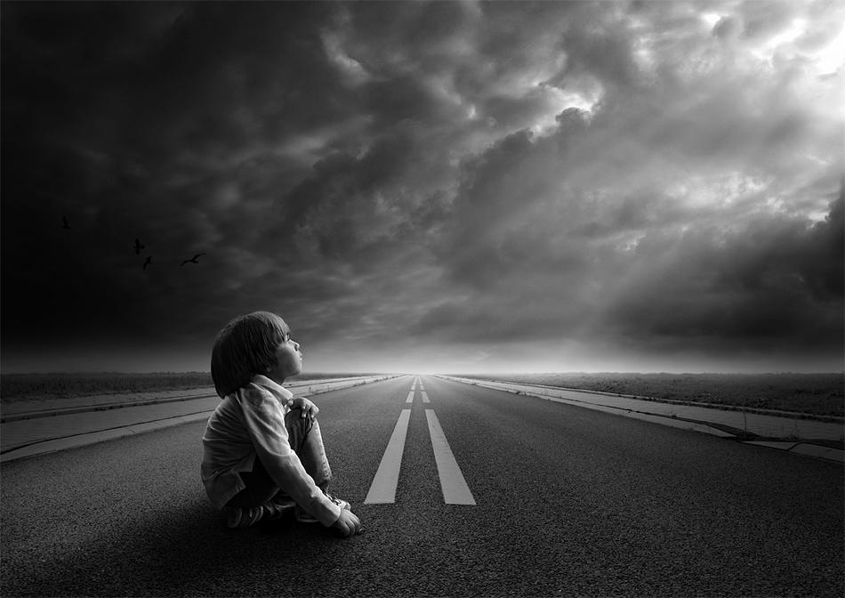 Hình ảnh bé gái đau khổ
