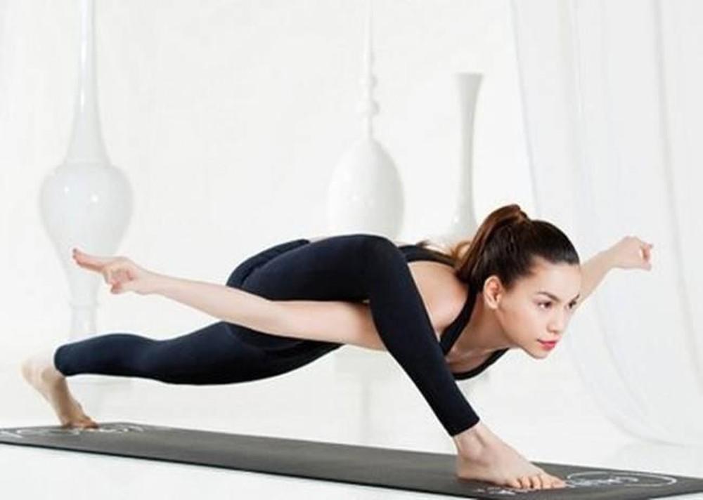 Tư thế con chuồn chuồn trong Yoga được thực hiện bởi Hồ Ngọc Hà
