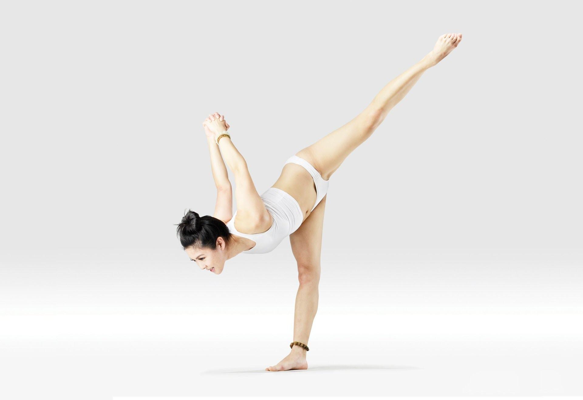 Tư thế Yoga cái cây đổ