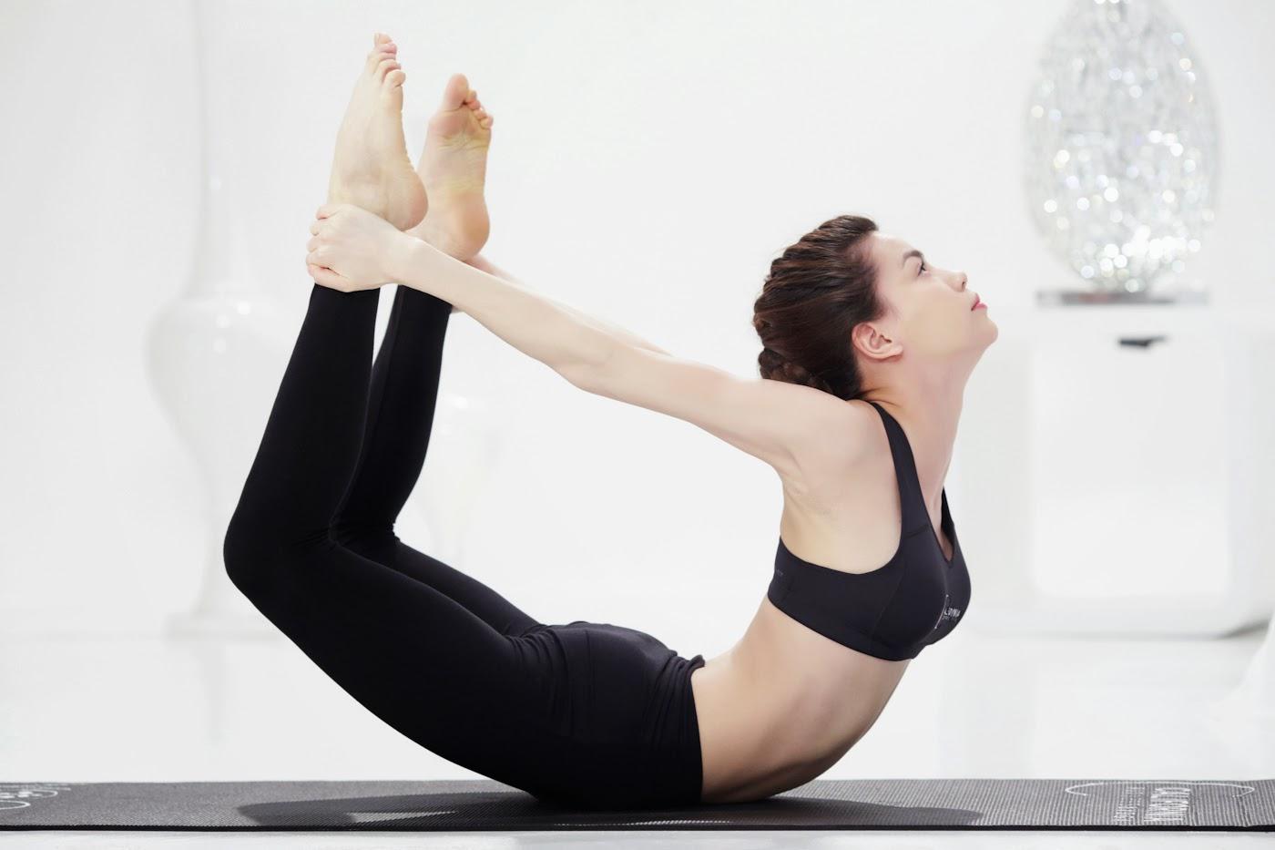 Tư thế Yoga cánh cung được thực hiện bởi Hồ Ngọc Hà