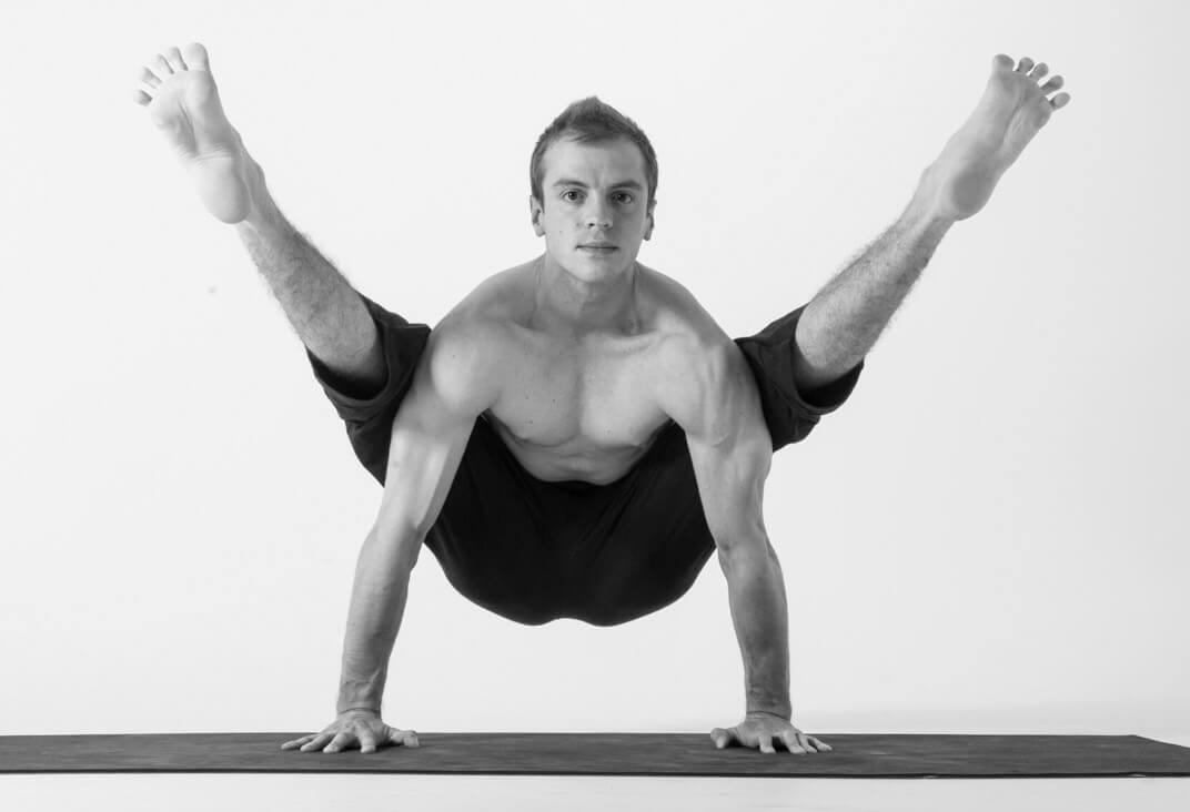 Tư thế Yoga con đom đóm