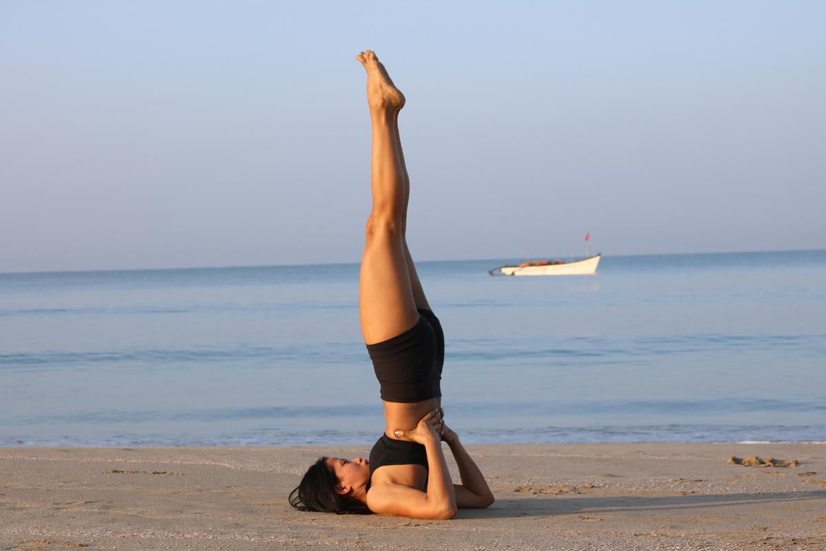Tư thế Yoga đứng trên vai đẹp