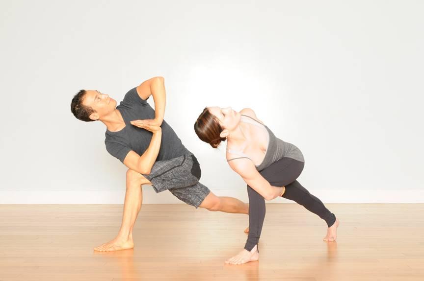 Tư thế Yoga khom vặn mình về một bên