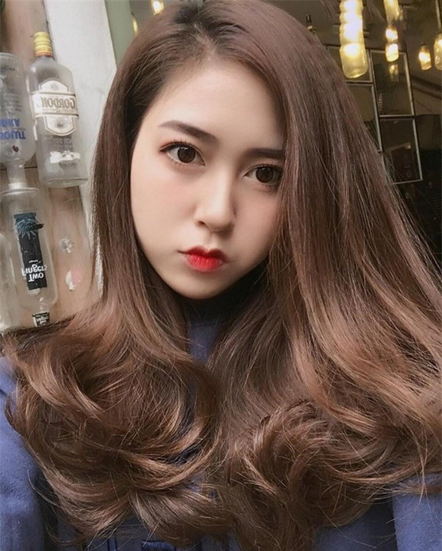 Kiểu tóc mái dài xoăn lọn to