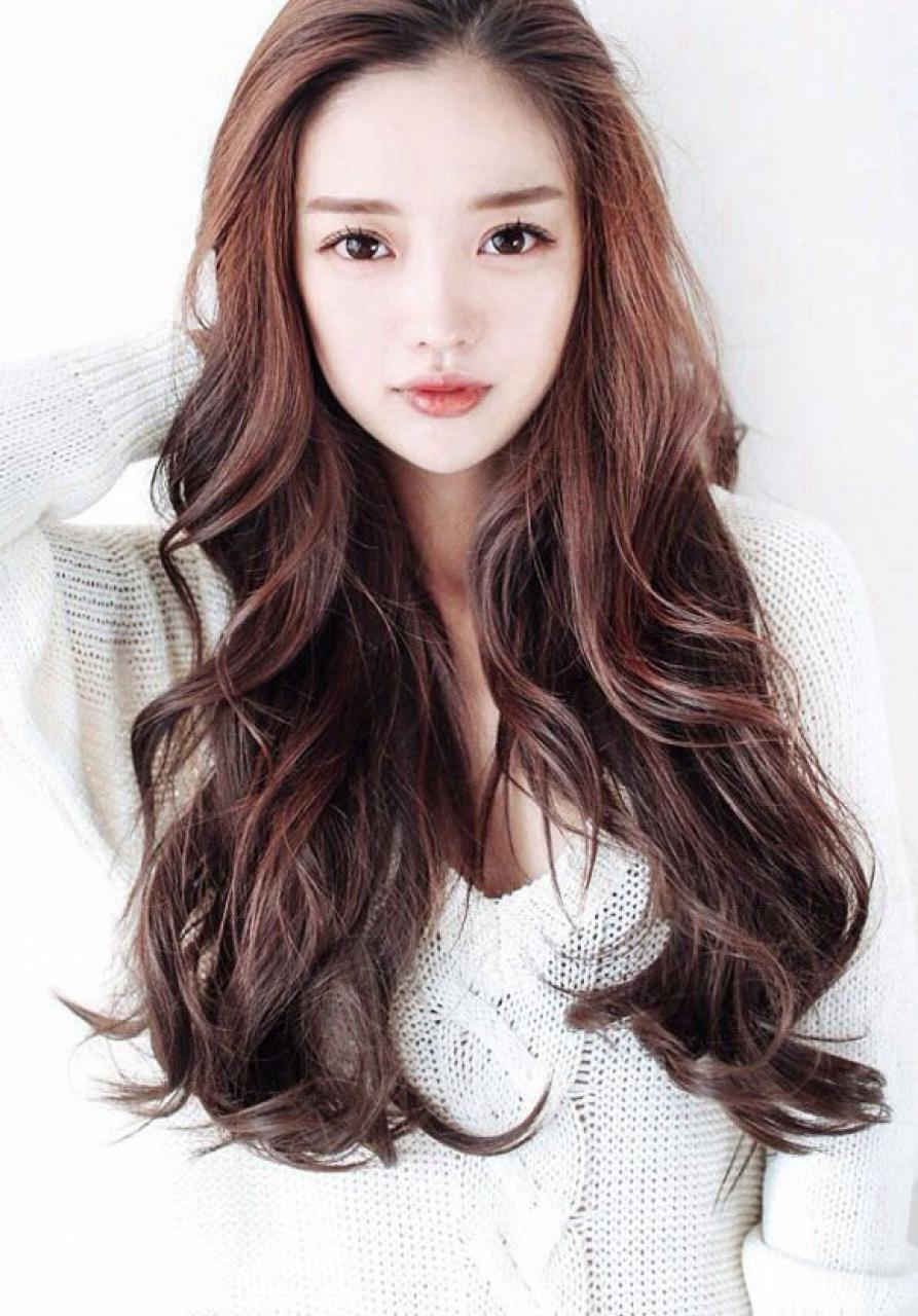 Mẫu tóc dài uốn lọn mái bằng