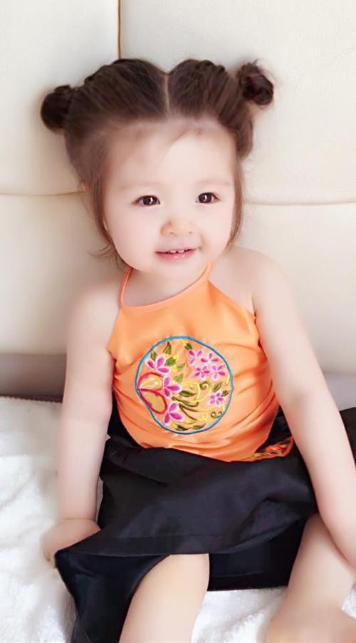 Kiểu búi tóc natra cho bé gái
