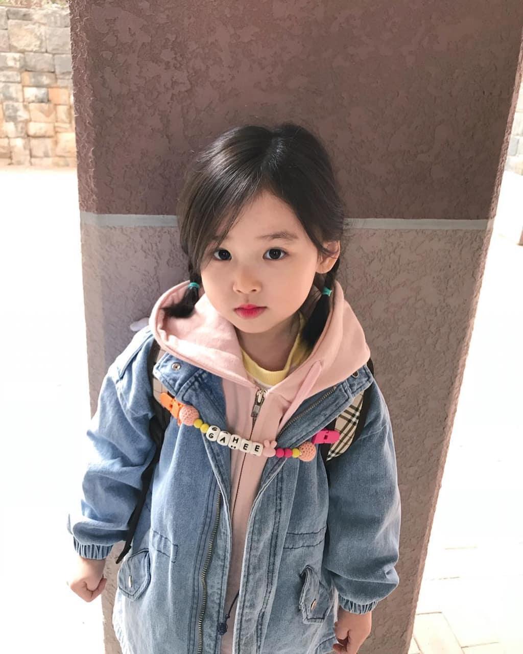 Kiểu buộc tóc hai bên cho bé gái