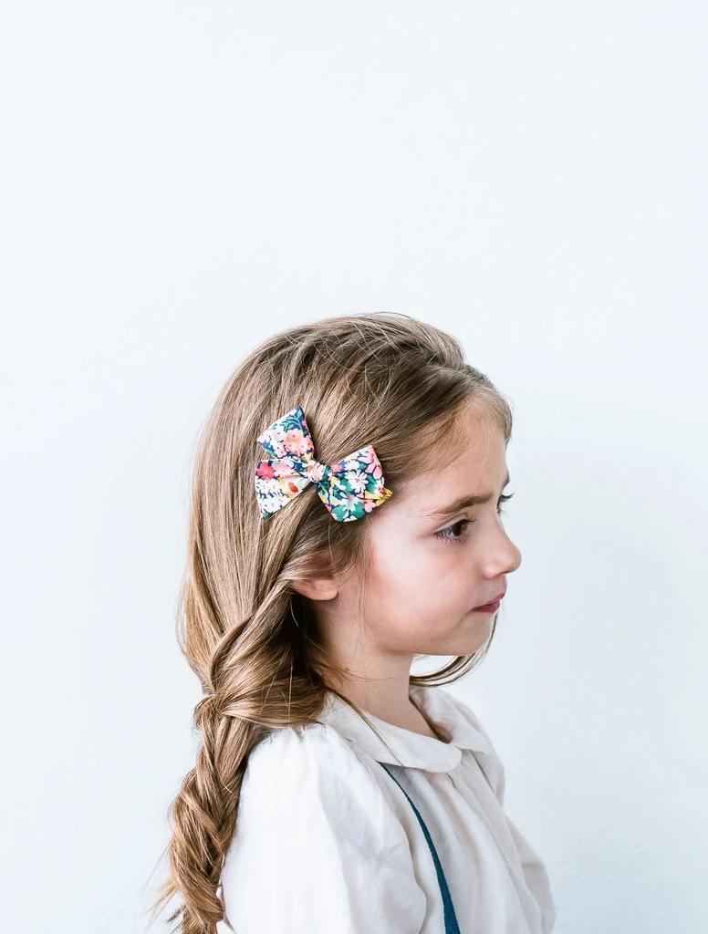 Kiểu buộc tóc lệch cho bé tóc dài